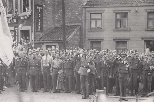 Fnc 17 devant le monument aux morts 1945 retour prisonnier
